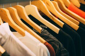 Vêtements sur des cintre