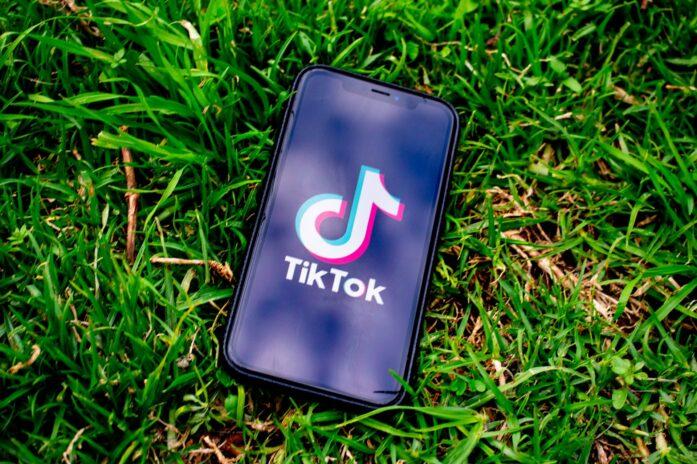logo tiktok sur un smartphone