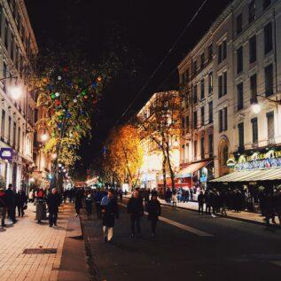Rue piétonne la nuit