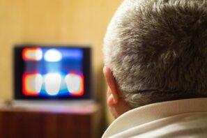 Homme devant la télévision