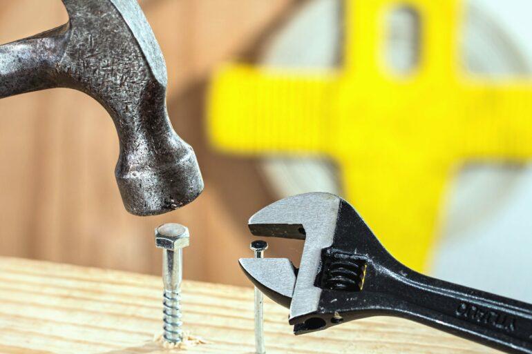 Marteau et clé pour le bricolage
