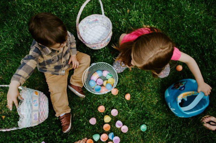 Enfants cherchant les oeufs de Pâques